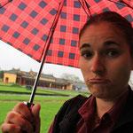 Jaja, Kroeten hat es ueberall...jetzt sehe ich erst, dass der Regenschirm ja zu meiner Blouse passt!