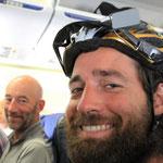 Mit den Kiwis Simon und Landon auf dem Weg nach Bishkek...was nicht im Gepaeck Platz hat wird getragen :)