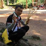 Thongchai isst Reis aus der Bambusstange :)