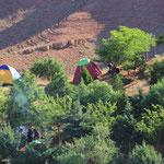 Die Iraner lieben es zu campen...im einheitlichen Zelt auch in Schraeglage gar kein Problem :)