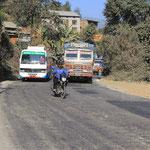 Das ist der Prithivi-Highway und links mein Freund, der Strassengraben!