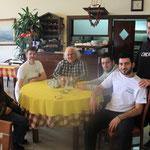 Der Hausherr (in der Mitte) offerierte mir das Mittagessen :)