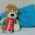 Das muss Cola sein, der Loewe macht den Test.
