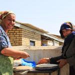 Wir kommen in ein Doerfchen, Minidoerfchen. Die Frauen backen ein frisches, feines Brot!