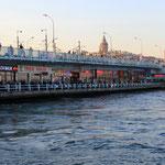 Galata Bridge, sie überspannt das goldene Horn