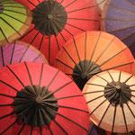 Regenschirme überall und in allen Farben, so macht wandern im Regen spass.