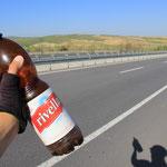 Ein Schluck Rivella in Westanatolien....schön waers! Doch seit dem Kiental macht die Flasche bestens mit!!
