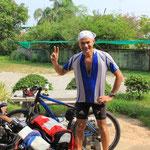 Die Thailaender sind begeisterte Radler und das Peacezeichen ist der Trend :)