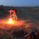 Wolfgang weiss Rat und zaubert ein Feuer zur Abschreckung jeglicher Tierarten...