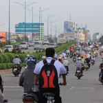 Einfahrt nach Ho-Chi-Minh City, die Stadt zaehlt 7,1 Millionen Einwohner, 5 Millionen davon haben ein Moped!