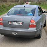 Mitten in der Pampa ein Glarnerauto mit Kosovoglarnern hehe