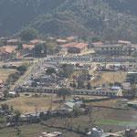 Das Tashiling-Tibeatan Camp, links hinten die SOS-Schule