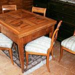 Biedermeier-Tisch und 5 Stühle
