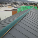 大屋根:ガルバリウム鋼板タテハゼ葺き