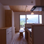 家事カウンター、食器棚、家事机。食堂、居間へとつづく