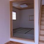 居間に隣接する小上がりの畳敷きの部屋