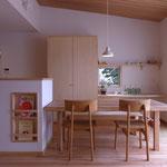 居間から食卓。家事机、キッチンへと連続する。