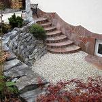Thomas Riedl - Akzente in Naturstein. Künstlerische, individuelle Gestaltung von Gärten und Außenanlagen, GaLaBau, Haussockelverkleidung aus Naturstein