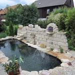Thomas Riedl - Akzente in Naturstein. Künstlerische, individuelle Gestaltung von Gärten und Außenanlagen, GaLaBau, Gartenteichanlage mit Natursteinmauer