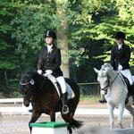 Isabell und Marliese im Reiterwettbewerb