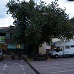 Une nuit sur une place de village, à côté du commissariat !