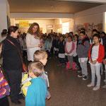 Tous les enfants nous accueillent en chantant !