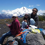 On pique nique tout en haut, le volcan Llaima derrière nous ...