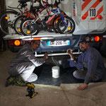 Dans l'atelier de Marcelo, on rajoute une barre de protection pour éviter de casser le robinet d'eaux usées