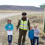 Plus loin la route est barrée (course de voitures), les enfants font la causette avec Carlos !