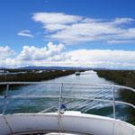 Départ en bateau à travers les canaux