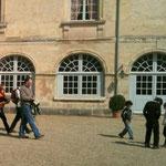 visiteurs dans la cour d'honneur - Château de Condé - Condé en Brie champenoise de Picardie