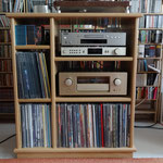 Hifi Möbel mit individuell gefertigtem Plattenspieler vollends bestückt