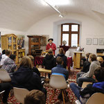 Vorführung mit Schulklasse auf der Waldburg