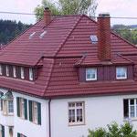 Mehrfamilienhaus, VS-Schwenningen | Dachsanierung mit Betondachsteinen Nelskamp & Kupferverkleidungen