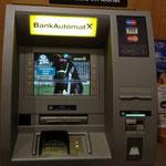 Emil lacht aus dem Bankomaten