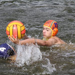 Finn Albrecht vom BSC attackiert einen Rostocker Spieler.