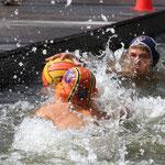 Beim Anschwimmen kommt Vincent Hartwig (orange) etwas zu spät gegen Rostock.