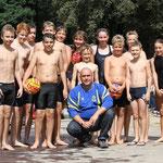 Buxtehuder U13-Wasserballjugend mit Trainer Andreas Nonne beim Kiwi-Cup 2013.