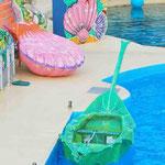 Barque Transformée en feuille sur l'eau pour le Spectacle des Dauphins