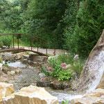 Début de la Rivière créée, au bas de la cascade du faux Rocher