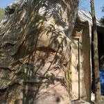 L'Arrière du Faux Rocher avec la porte d'accès à l'intérieur du Rocher