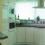 Agencement cuisine dans véranda - Façades laquées blanc