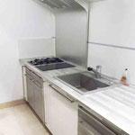 Hotte de la cuisine sur mesures par rapport au profil du plafond en pente