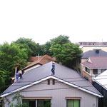 屋根に登り始めた10日朝9時の作業状況