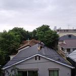 11日は朝から雨。屋根に登っての作業は滑るから危険なのと、作業中に雨漏りがしては困るので、作業は中止となりました。写真は撤収作業中(朝9時)