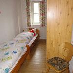 Separates Schlafzimmer mit weiteren zwei Betten
