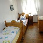Separates Kinderschlafzimmer mit zwei Betten
