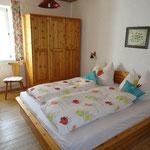 Helles Schlafzimmer mit Doppelbett