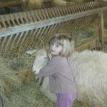 notre fille Maddi avec son agnelle