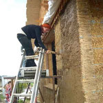 Die erste Lehmputzschicht wird aufgetragen - 15.09.2005